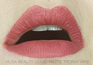 Jak się malować by Marta Malek Lip Tin Huda Beauty Liquid Matte Trophy Wife
